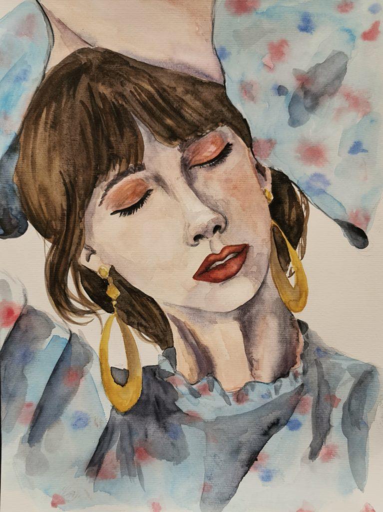 junge Frau mit Zopfund Pony, großen goldenen Ohrringen, durchlebt ihren eigenen Tagtraum, die Hände über dem Kopf schwebt sie durch ihre Traumwelt